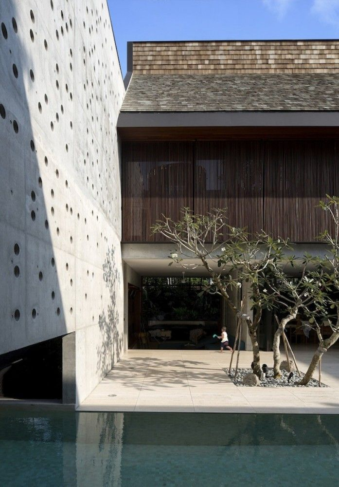 Privacy wall with possible wall garden The Courtyard House / Formwerkz Architects