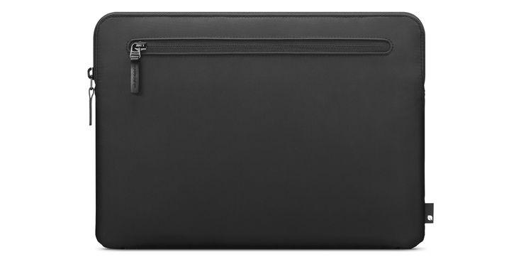 Incase Nylon Compact Sleeveは、あなたのMacBookの流れるようなフォルムにマッチしながら、完全に保護します。apple.comで今すぐ購入できます。