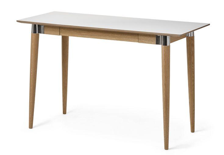 Acky är ett retroinspirerat skrivbord med skiva i reptålig lättskött högtryckslaminat. Underredet finns i massiv ek behandlat med en vaxlack eller svartbetsad ask. Benen har läckra metalldetaljer i formgjuten aluminium. Skrivbordet har en praktisk integrerad låda i sargen. Acky skrivbord passar bra in i de flesta moderna och skandinaviska hem, gärna i kombination med fler delar ur serien. Acky serie är designad av Hans Thyge & Co. Skanna QR-koden på din möbel för att få se en film med skö...