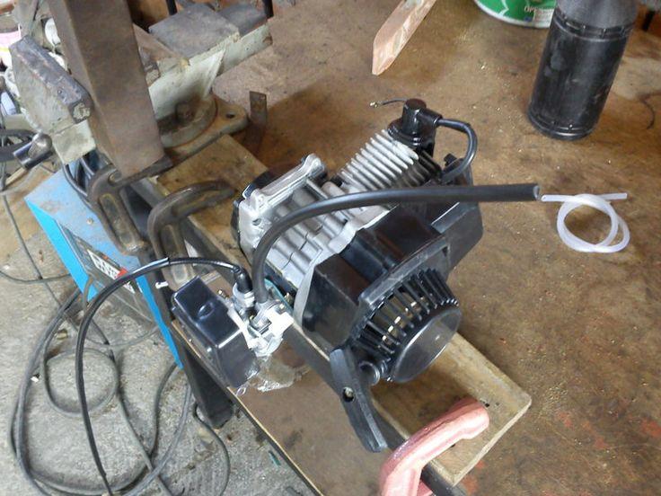 """Construcción de una moto de 49 cc, con partes de bicicleta - El siguiente tema es un proyecto que estoy realizando para la construcción de una moto ligera hecha con partes de bicicletas y un motor de 2 tiempos de 49 cc y aproximadamente 2.5 hp (caballos). El motor es de una """"pocket bike"""" o """"mini moto"""" y es bastante simple, no necesita batería simplemente con una bobina para la chispa por lo que no tengo que preocuparme por baterías ni generadores para la bujía."""