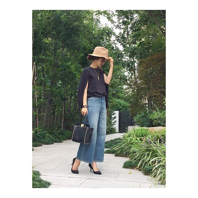 ワイドデニムパンツにダーク系シックにまとめた オトナカジュアル系タイプのファッション スタイルのコーデ♡