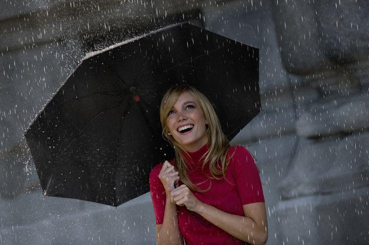 雨の日、と聞いてどのようなイメージを抱くだろうか。おそらく大半の人が、マイナスのイメージを抱くだろう。傘を持ち歩かなければならず、面倒くさいなぁ……と。傘の歴史は古く、人類は約4000年前から傘を使用しており、人間の生活と傘は切っても切れない関係なのである。しかし、多くのメンズは傘にこだわりを持たず、とりあえずのビニール傘を日々使い捨てているだろう。そこで本稿では、そんなメンズにおすすめしたい雨