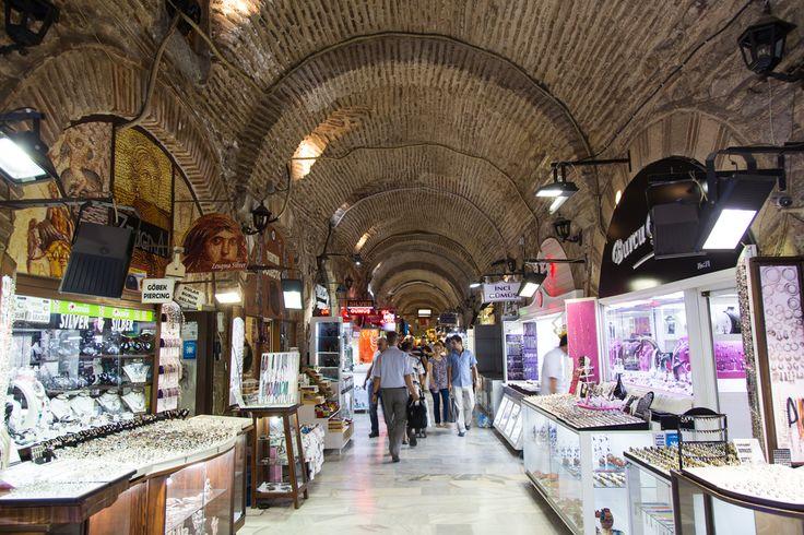 Eski zamanlarda tüccarlara ve gezginlere hizmet eden Kızlarağası Han'ı günümüzde turistik bir çarşı olarak hizmet ediyor. Handa İzmir'e özel el sanatları ürünlerini, halıları, deri kıyafetleri ve çarpıcı hediyelik eşyaları bulabilirsiniz.