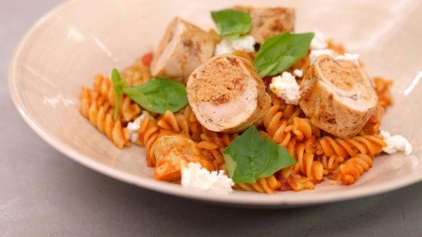 Eén - Dagelijkse kost - kiprolladen met geitenkaas, tomaat en pasta
