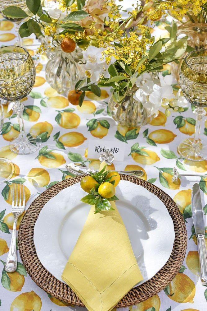 Uma mesa para almoço no jardim nos tons verde e amarelo, com sousplat em rattan e porta-guardanapo entre outros detalhes que amamos!