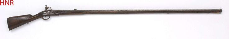 Anonymous | Lang vuursteen jachtgeweer met 18-eeuwse lade, Anonymous, 1655 - 1675 | Het slot is onversierd op beitelwerk op het vuurstaal en de haan na; het vuurstaal is op het slagvlak voorzien van een nieuwe stalen plaat. De lange loop is voorzien van gebeitelde en in zilver geïncrusteerde arabesken in Ceylonese stijl en met drie panelen: het achterste met Hindoe godheden, het middelste met grote vogels gevat in arabesken en het paneel bij de tromp met bladerranken; V-vormig vizier…