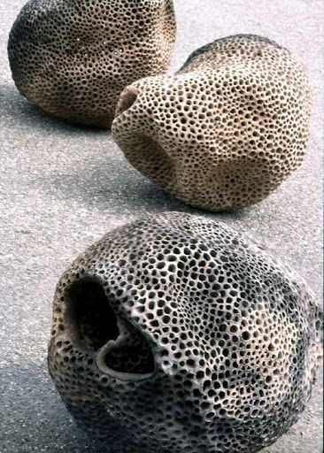 sculpture céramique :  Rebecca Maeder, perforations, gris, volumes organiques
