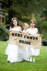 Geef kinderen op je bruiloft een taak. Kinderen die zich betrokken en belangrijk voelen zijn meestal heel lief! En buiten dat, stil zitten is lastig!