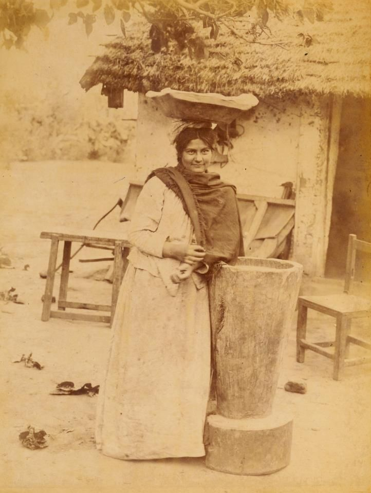 1890's Tucumán. Vendedora de empanadas, recostada en mortero, fines del siglo XIX