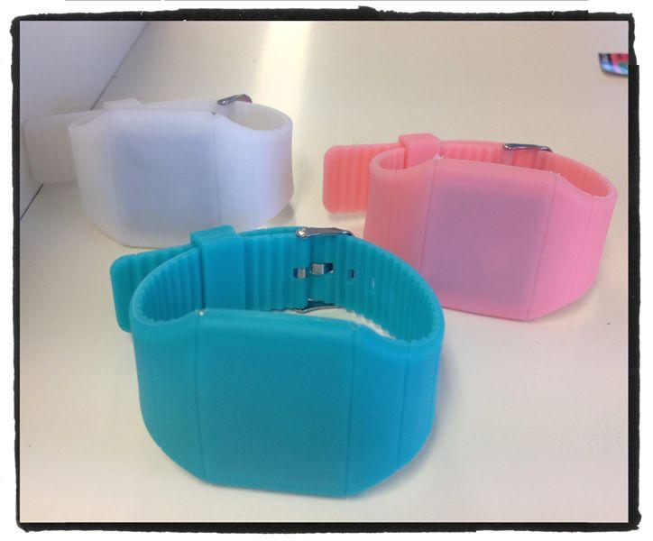 Digitale #horloges in felle kleuren. Als je er op drukt verschijnt de tijd. Na 3 sec. is dit weer weg. Nu voor 10 euro @stiksels.com