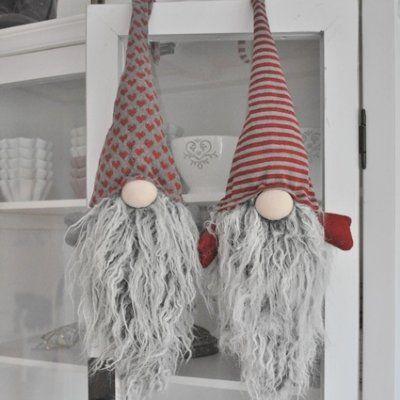 Ljuvlig tomte som har ståltråd i mössan för att kunna hängas upp och formas som man vill.