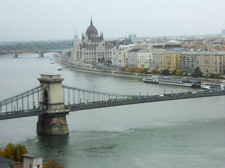Le parlement de Budapest, vu depuis la colline de Buda