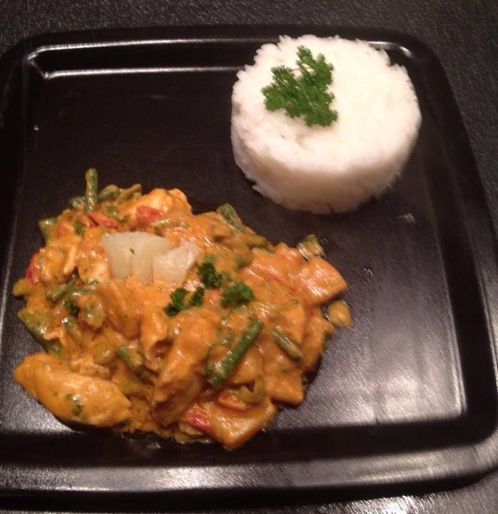 Marja Kamp heeft kip met Red Curry gekookt. Ze heeft de kip met een teentje knoflook aangebraden, vervolgens een uitje, paprika en kouseband toegevoegd en hierna de curry met kokosmelk. Vlak voor het serveren heeft ze er twee eetlepels pindakaas en ananas aan toegevoegd en het geheel geserveerd met kokosrijst. Ziet er heerlijk uit, Marja!