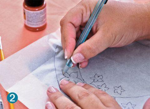 Em seguida, use a caneta esferográfica para transferir com fidelidade o padr...