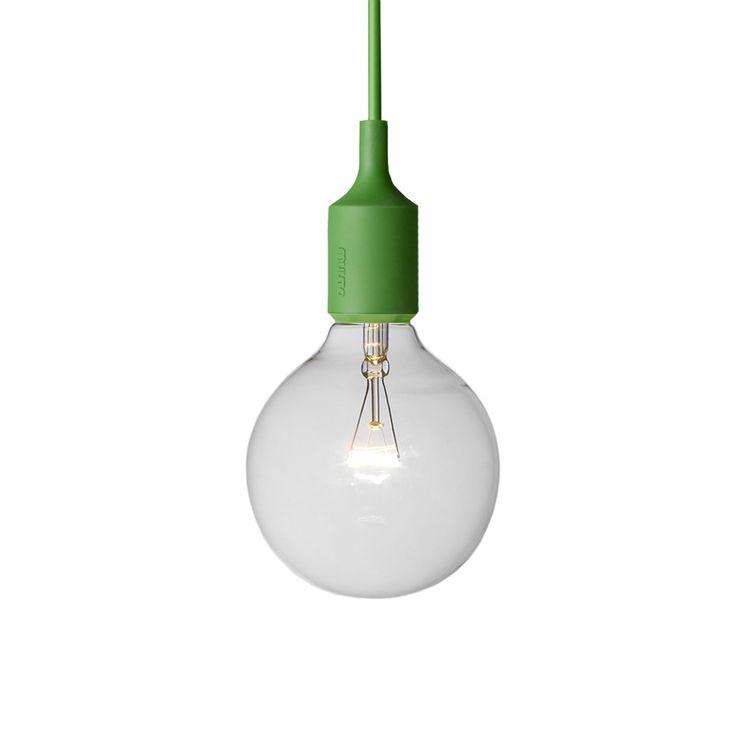 Mattias Ståhlbom definisce la lampada E27 parte dall'essenza di una lampada, la lampadina. Muuto crea un oggetto semplice ma forte che celebra la potenziale bellezza della semplicita'. La lampada E27 rappresenta qualcosa di molto romantico e allo stesso tempo di molto moderno, che dona una luce calda e diffusa in tutta la stanza. Lampadine compatibile E27, max 40 W. Nella confezione e' inclusa una lampadina da 18 W alogena. La tonalità del portalampada può discostarsi leggermente da quanto…