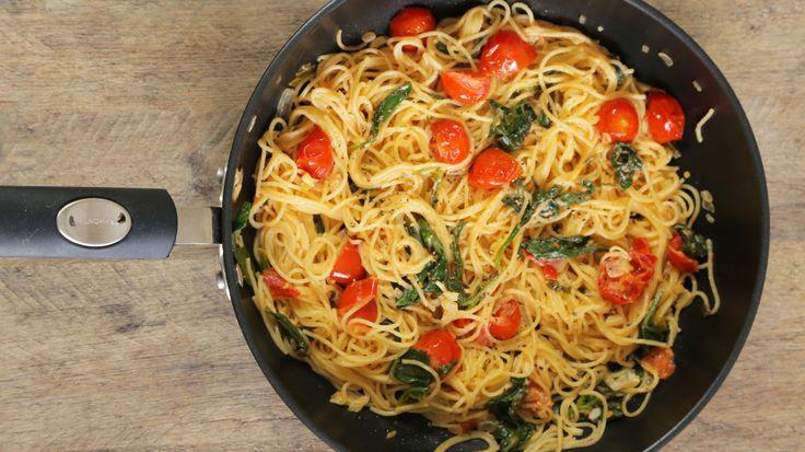Dê+uma+variada+no+macarrão+fazendo+esta+versão+pá-pum+com+espinafre+e+tomatinhos.