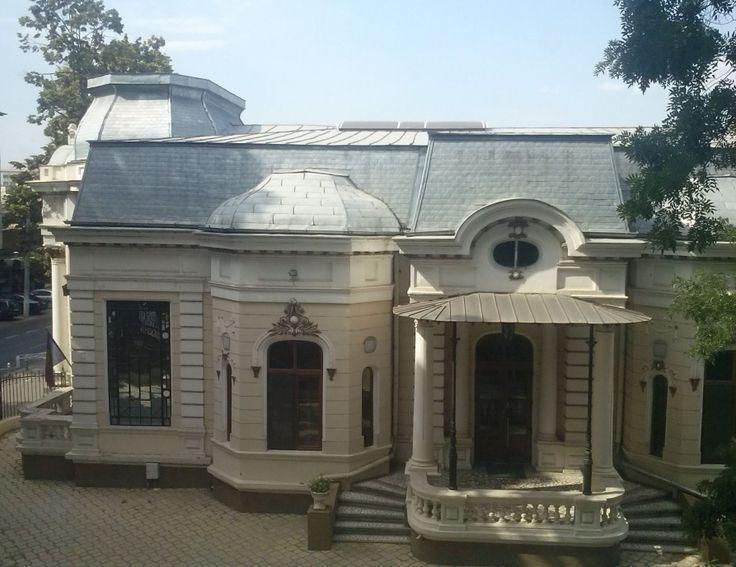 Casa Auschnitt (1900), fostul Consulat italian, Strada Domnească 70, Galați;  descriere: coloane cu capiteluri de inspirație corintică și ziduri cu decorațiuni baroce