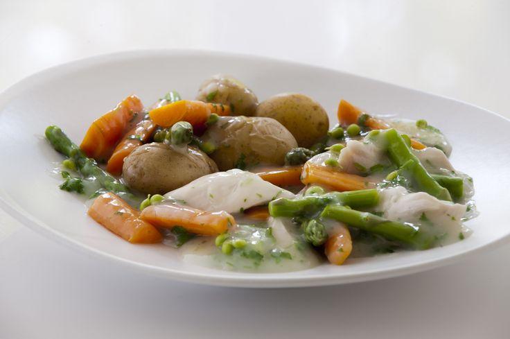 Kyllingefrikassé med gulerødder og ærter, krydderurtesovs og nye kartofler