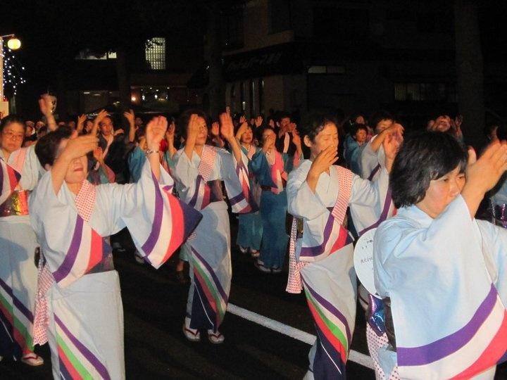 omatsuri adalah agenda tahunan di jepang yg dilaksanakan pada musim panas. .setelah itu dilanjutkan dengan agenda tahunan seperti hanabi,party minum teh dll diakhir musim dingin. .