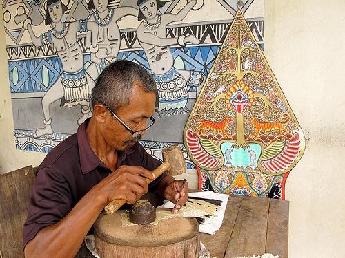 Wayang kulit artist 1