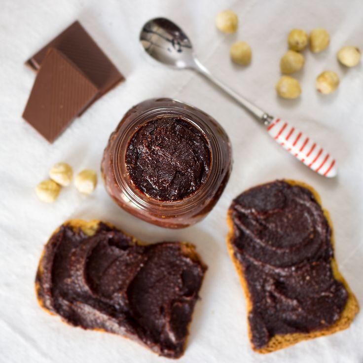 Receta para hacer nutella vegana. Esta crema de avellanas y cacao casera no lleva azúcar refinado y es mucho más saludable que las marcas de supermercado.
