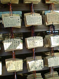 Jeder kann am Meiji-Schrein für eine kleine Spende Wunschtafeln beschriften.