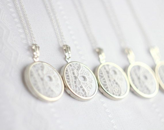 5 necklaces with white lace. Lovely and reminiscent of captured snowflakes: 77.50 Bridesmaids