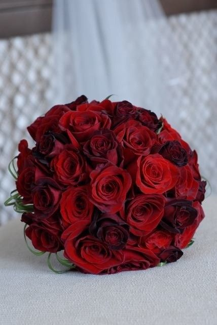 bride bouquet Ideas for Valentine's Day Wedding, Red rose for bride in valentines day www.loveitsomuch.com