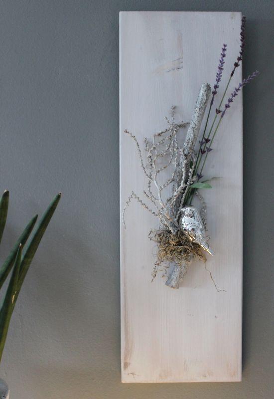 Lovely WD u Fr hlingshafte Wanddeko Holzbrett wei gebeizt dekoriert mit nat rlichen Materialien einem silberfarbenen
