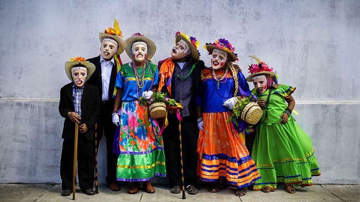 - Dançarinos posam para foto depois de se apresentarem numa festa religiosa em Diriamba, ao sul de Manágua. Foto: Inti Ocon / AFP