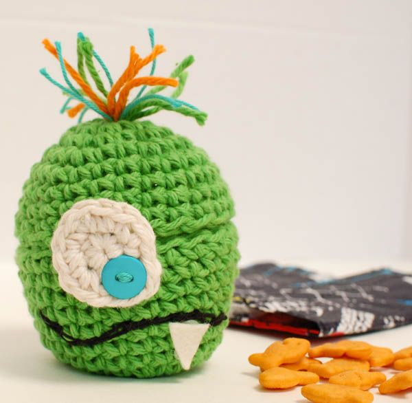 Free pattern for this Monster Crochet Apple Cozy ... perfect for a Halloween lunchtime surprise!