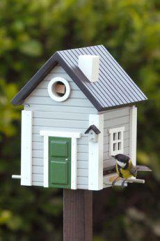 Il nido per uccelli Multiholk-Wildlife Garden che può essere trasformato in una mangiatoia è ora disponibile anche in grigio con finiture bianche. Quando si desidera dar da mangiare agli uccelli, per esempio, in autunno e in inverno, togliere la piastra di base e riempire il cottage con becchime. Bloccare l'apertura, assemblare i perni e la mangiatoia per uccelli è pronta. La Multiholk® è realizzata interamente in legno e puo' essere montata su palo, su un albero o un muro.