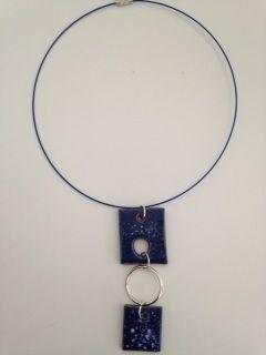Grandeur  longueur 11 pouces  - 28,5 centimètres    Collier de pierre en céramique de couleur bleu  fait à la  main  sur fil d'acier avec fermoir vissé.  Frais de livraison 5$ Merci de nous suivre sur Facebook  www.facebook.com/Creations-JOM-Céramiques-Bijoux-340093916336505
