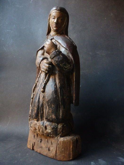 Wonderschoon beeld 'Maria knielend'- TIROL - ca. 1780  Wonderschoon knielend Mariabeeld . Het heeft een prachtig patina en een zeer warme serene uitstraling. Sinds mensheugenis stond dit beeld in de galerijen naar de slaapvertrekken van een oud Nonnekesklooster in de regio Trier in de Moezel streek in Duitsland. De laatste jaren verstild en haast vergeten. Het klooster is reeds jaren gesloten en niet alles kon mee verhuizen. Oorspronkelijk is het echter in Habsburgse Barok stijl…