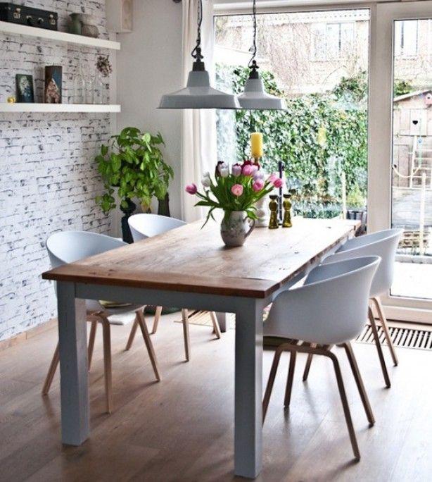 Mooie combinatie van eettafel, muur en stoelen.