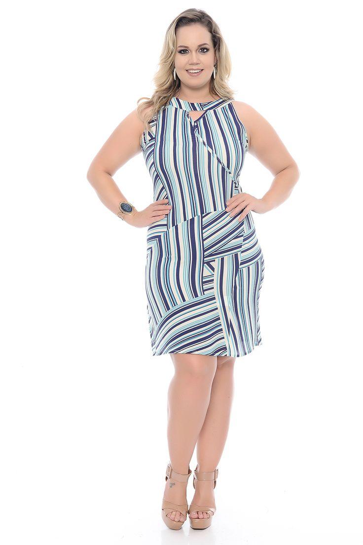 Vestido Listrado Azul Plus Size. Decote redondo, com abertura em V. Manga cavada. Com recortes na parte frontal e costas. Com fenda na lateral.  Lindo modelo! Com ele, irá arrasar em qualquer ambiente. Não perca a oportunidade e adquira o seu!   #plussize #vestidoplussize #vestido #plus #size #tamanhosgrandes #modaplussize #plussizefashion #listras #vestidolistrado