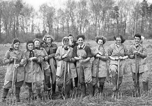 Farm Girls spreading manure /  During WW2, Land Girls were initially paid £1.85 for a 50-hour work week. In 1944, wages were increased to £2.85.