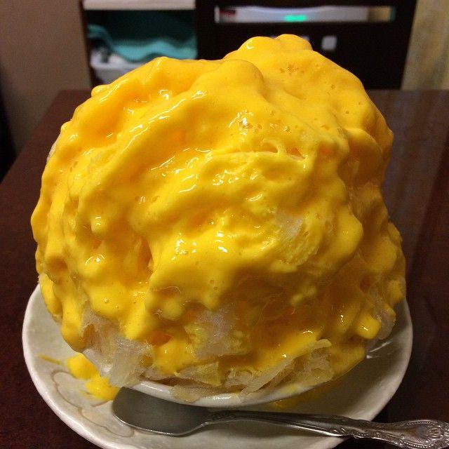 みなと屋でマンゴーミルクのかき氷、850円。マンゴーあんまり得意じゃなくてミニストップのマンゴーパフェにも滅多に手を出さないんだけど、このクリーミーなシロップは絶品。さらに中のヨーグルト漬けドライマンゴーの歯ごたえもいい。ため息つきながら平らげた。