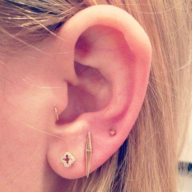 El trago + triple lóbulo | 28 innovadores piercings de oreja que deberías probar este verano