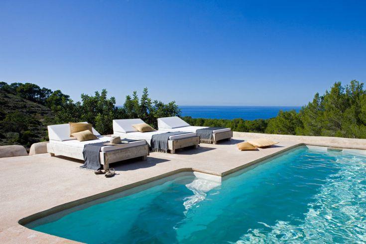 Терраса у бассейна с видом на море. .