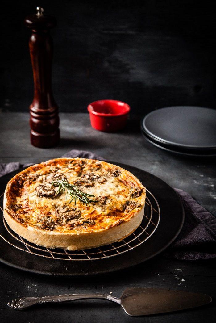 Quiche aux champignons. La recette est là en doublant les quantités pour obtenir une tarte haute http://www.elle.fr/Elle-a-Table/Recettes-de-cuisine/Quiche-aux-champignons-2073710