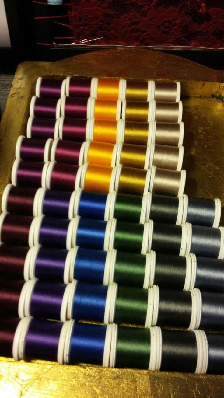 in het atelier zijn veel materialen en gereedschappen te koop voor broderie d'art, borduren en vilten, zoals deze japanse zijde garens