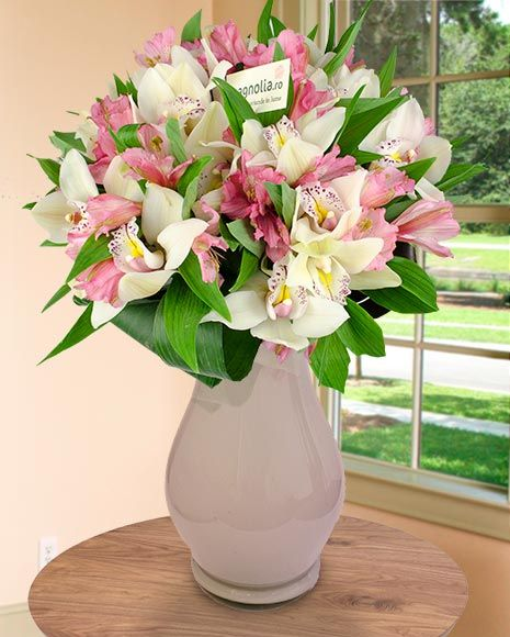 Buchet cu orhidee Cymbidium si crini peruvieni.  Flower bouquet with Cymbidium orchids and Peruvian lilies.