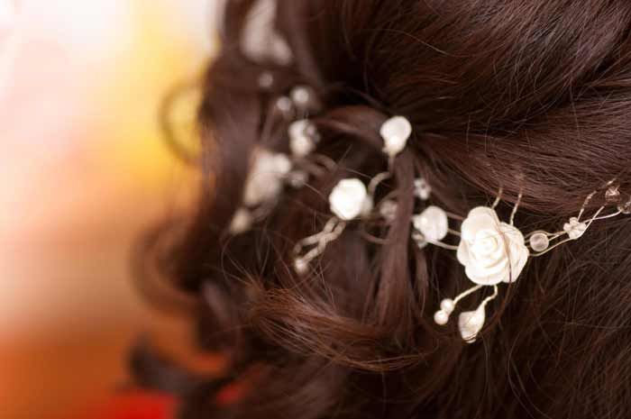 Weiße Brautfrisur Accessoires lassen die Braut noch festlicher aussehen. Gerade kleine Blumen oder Perlen lassen sich in fast jede Brautfrisur integrieren... © Tobilander - Fotolia #brautfrisur #haarschmuck #blumen