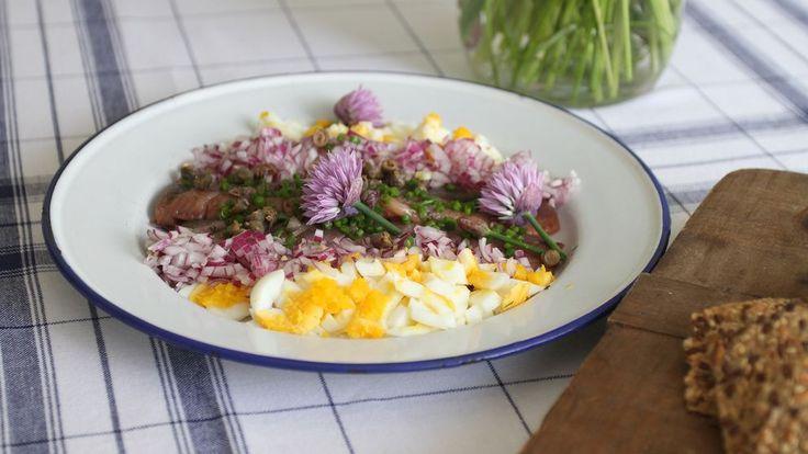 Matjessill med brynt smör, ägg och kapris
