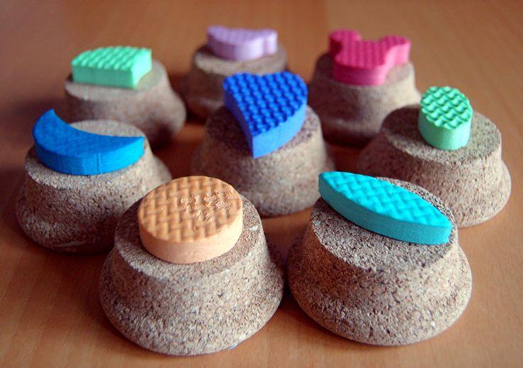 Tante idee creative e originali per creare timbri fai da te utilizzando: scarti di frutta, verdura, sughero, gomma, plastica, spago, elastici, legno...