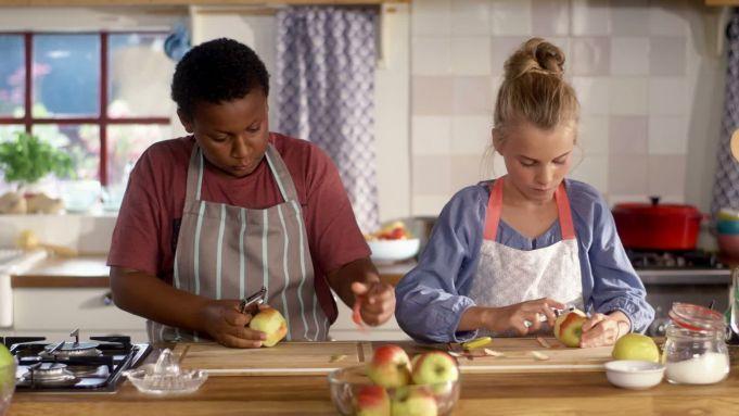 Welk kind is er niet dol op? Zelfgemaakt appelmoes! Onze chefs Roos en Joël laten je zien hoe je dit op tafel tovert. Lekker met frietjes - Recept - Allerhande voor kids