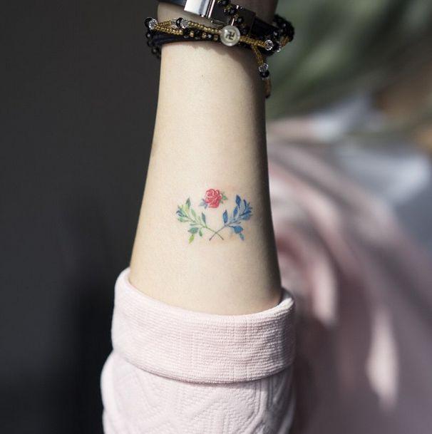 tatuagem de flo delicada e feminina.