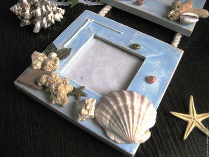 Купить или заказать Тройная рамка для фото панно в морском стиле Приятные воспоминания в интернет-магазине на Ярмарке Мастеров. Тройная фоторамка со стеклом выполнена в технике декупаж была сделана в подарок мужу. Я всегда привожу из поездок камушки, ракушки, с Кипра привезли осколки фресок, с Тайланда даже кораллы. Они долго у меня лежали, и я все думала как их применить и куда, чтобы и воспоминания сохранить, и на виду всегда были. И вот я выбрала лучшие фотографии с отдыха, распечатала, и…