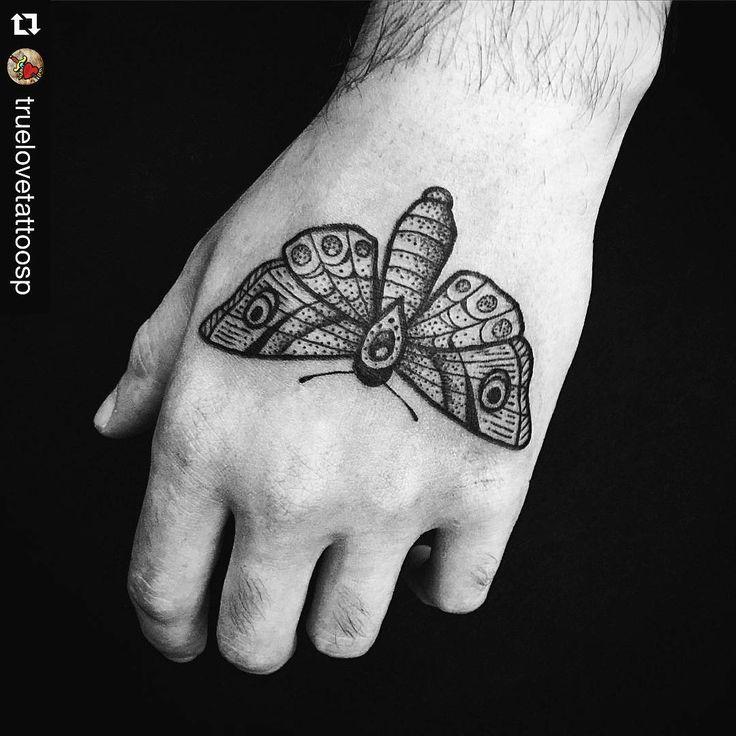 Trabalho do tatuador Rafael @rp.tattoo que rolou hj aqui no @truelovetattoosp  Quem quiser tatuar é só dar um salve! ・・・ @rp.tattoo para @doribeiro  #TrueloveTattoo  Agendamentos pelo  11-20943383 ⚡️⚡️⚡️⚡️⚡️ #tattoo #tatuagem #mariposa #moth #mothtattoo #blackwork #pontilhismo #truelove #tattooshop